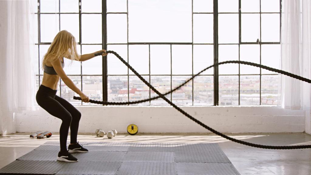 バトルロープをする女性